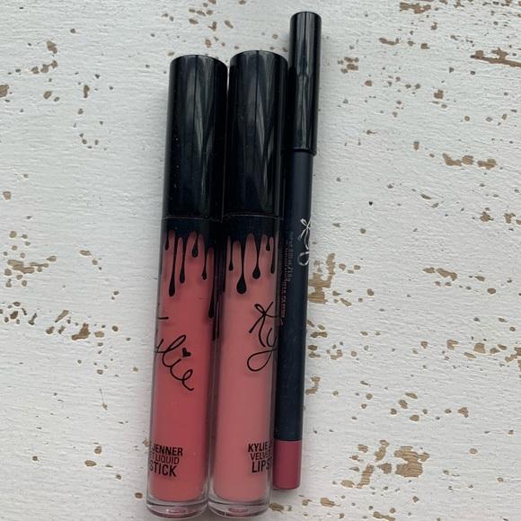Kylie bundle 2 Lipsticks/ 1 liner. Please read